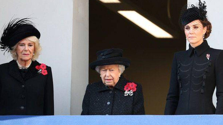 Camilla, Isabel II y Kate, luciendo la 'poppy'. (Getty)
