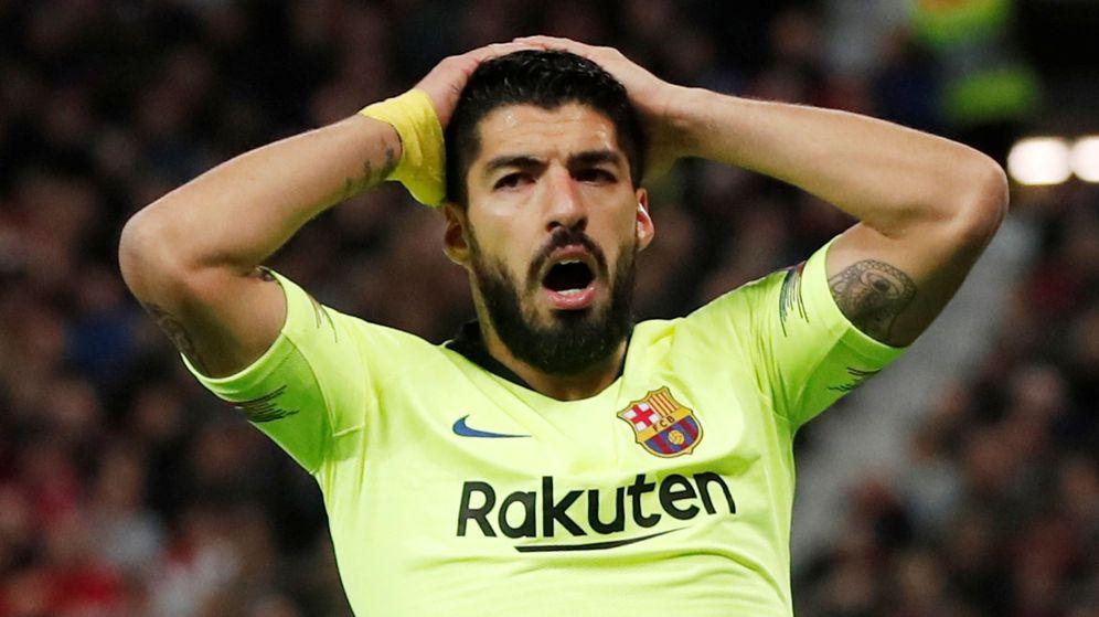 Foto: Luis Suárez se lleva las manos a la cabeza en el partido contra el Manchester United. (Efe)