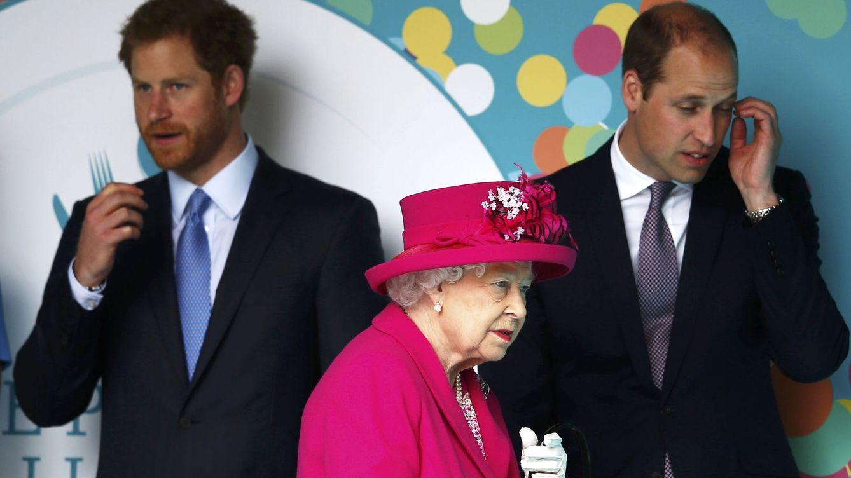 Foto: La reina Isabel con sus nietos Guillermo y Harry. (Reuters)