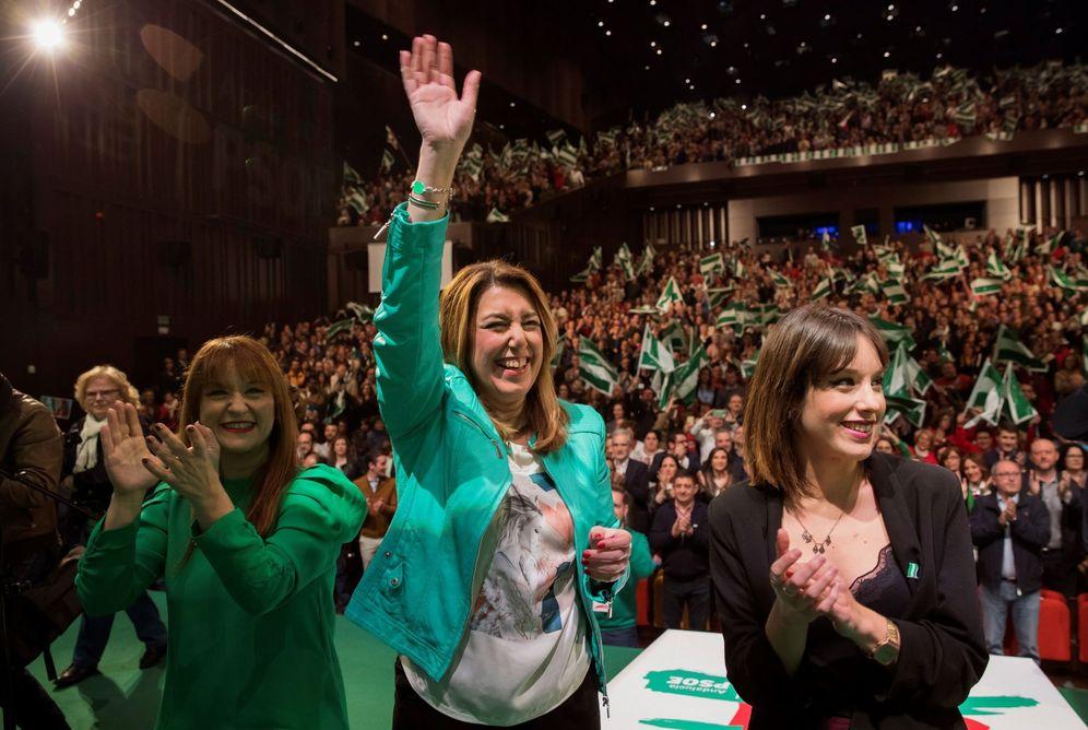 Foto: Susana Díaz y la líder provincial sevillana, Verónica Pérez (i), en el acto del Día de Andalucía del PSOE-A, este 24 de febrero en Sevilla. (EFE)