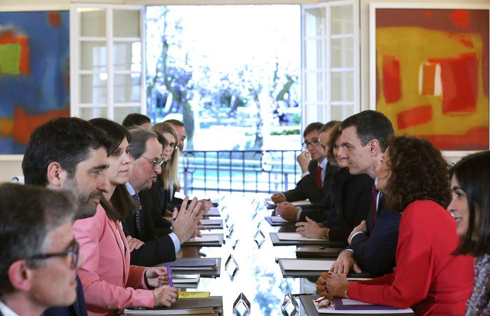 Foto: Pedro Sánchez y Quim Torra, con sus dos delegaciones, en la Sala Tàpies de la Moncloa. Al fondo, el ventanal abierto. (EFE)