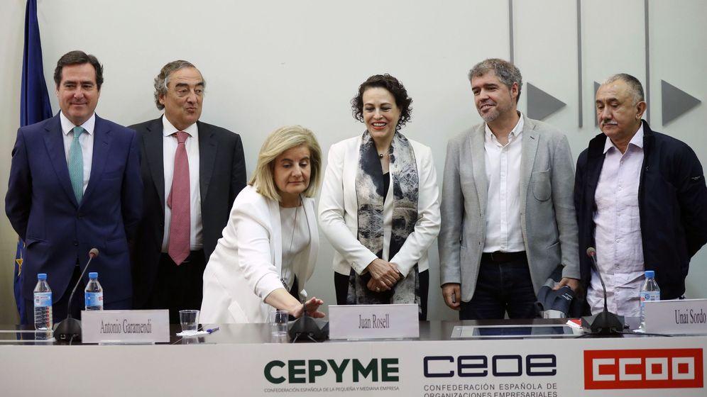 Foto: CCOO, UGT, CEOE y Cepyme firman el IV Acuerdo para el Empleo y la Negociación Colectiva 2018-2020. (EFE)