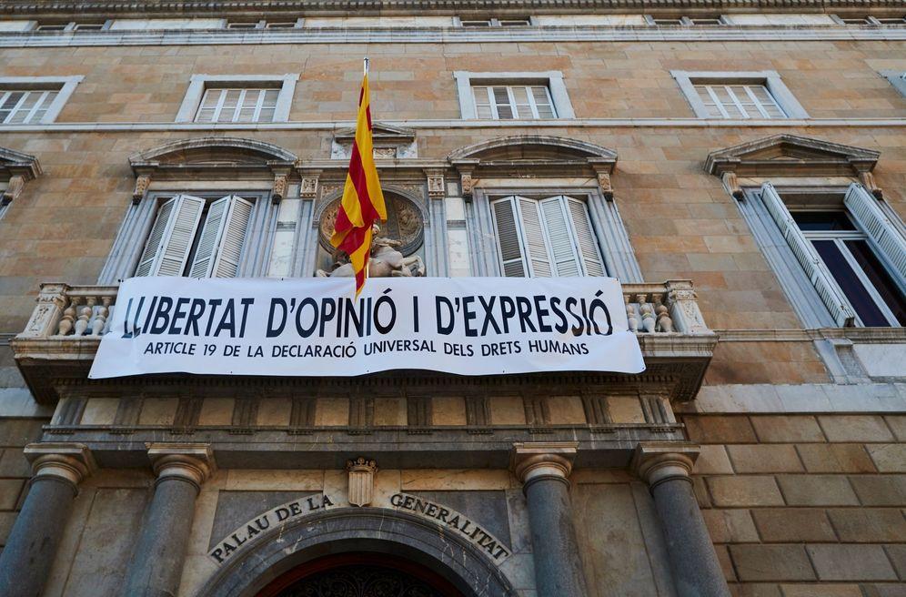 Foto: La pancarta a favor de la 'Libertad de opinión y de expresión' que luce en el Palau de la Generalitat tras la retirada de los lazos, el pasado 22 de marzo. (EFE)