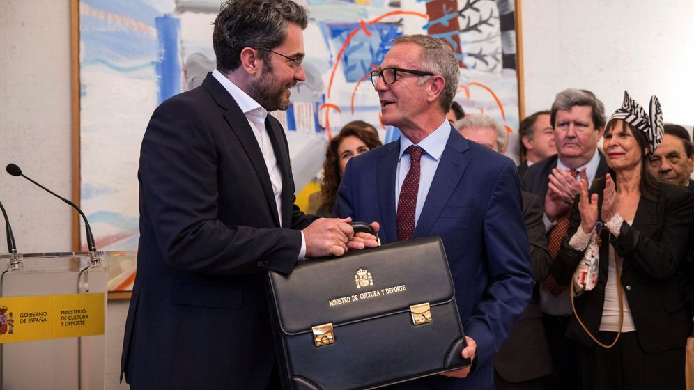 Foto: El ministro de Cultura y Deporte, José Guirao (d), durante el traspaso de carteras con el ministro saliente Màxim Huerta. (EFE)