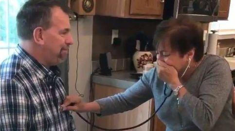 Una mujer se emociona cuando escucha el corazón de su hijo fallecido en otro hombre