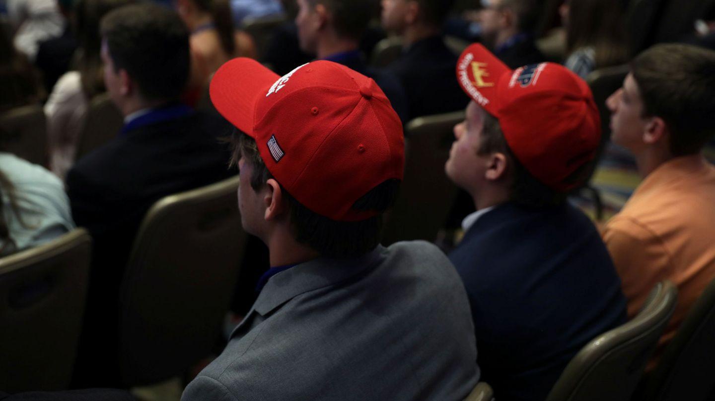 Miembros de 'Turning Point' escuchan un discurso de Trump el pasado julio. (Reuters)