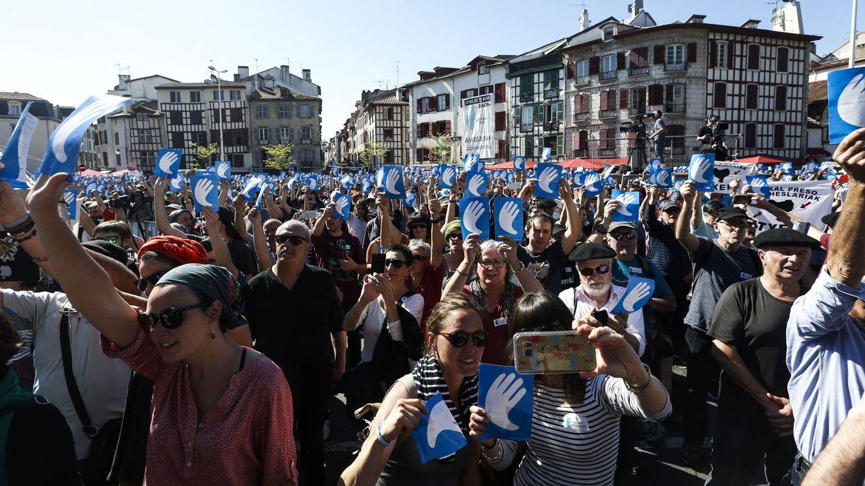 Foto: Ambiente de celebración en el acto de Bayona por la entrega de armas de ETA