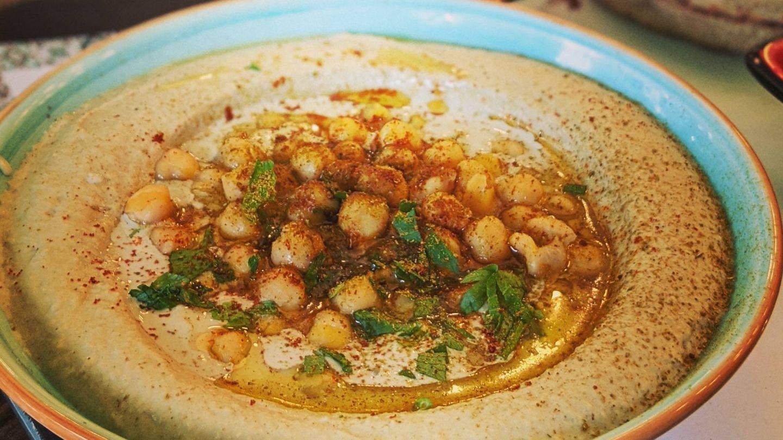 El hummus es una buena opción, pero con moderación. (Alana Harris para Unsplash)