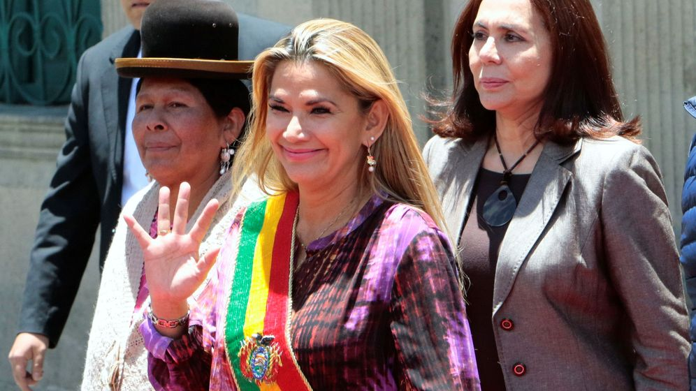 Foto: Karen Longaric (d), junto a la autoproclamada primera ministra de Bolivia (c), Jeanine Áñez. (Reuters)
