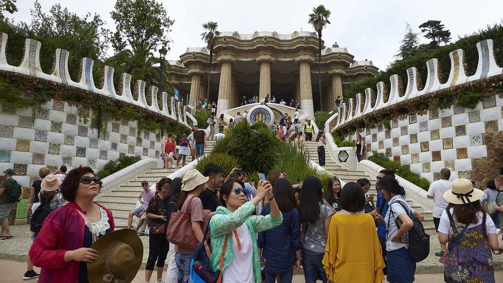 Foto: Grupo de turistas en la zona monumental del Park Güell de Barcelona. (EFE)