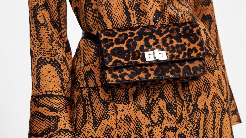 Zara aboga por looks completamente bañados por el animal print. Sí, el bolso también. (Cortesía de la marca)