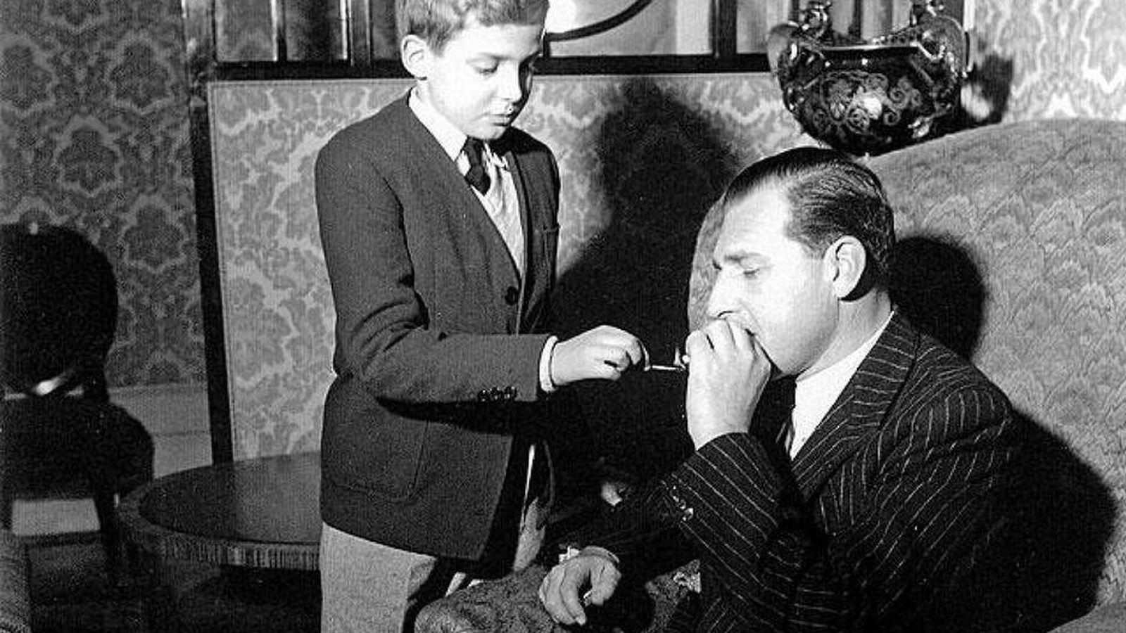 Foto: El príncipe Juanito, como familiarmente se le llamaba, encendiendo un cigarrillo a su padre, el conde de Barcelona. (Foto: Casa Real)