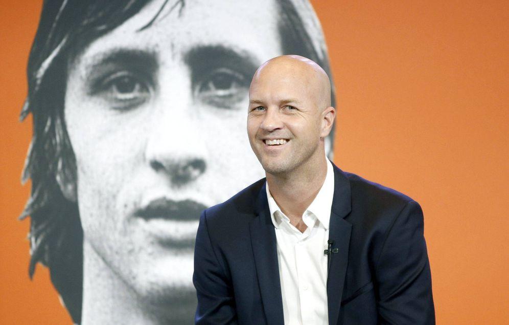 Foto: Jordi Cruyff con la imagen de su padre al fondo. (EFE)
