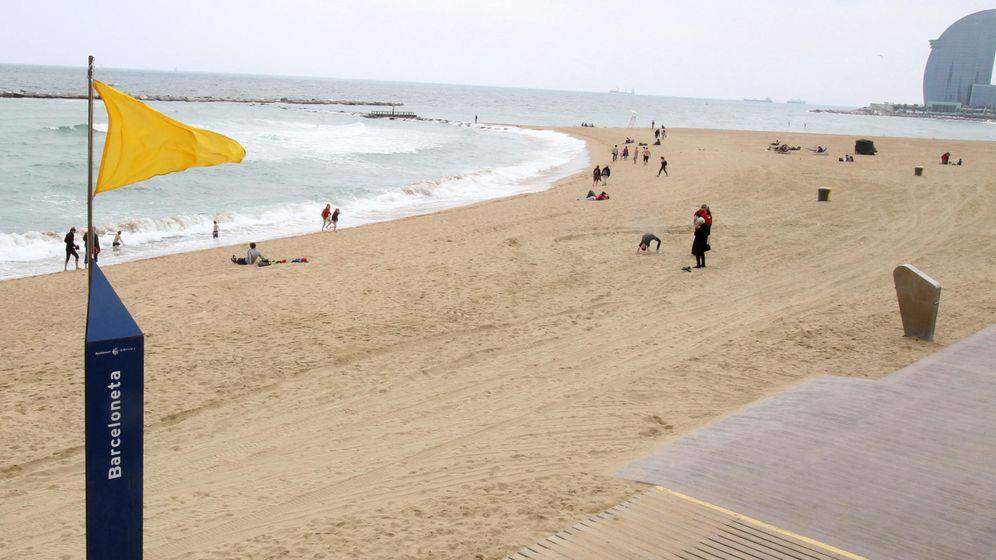 Foto: Una playa con bandera amarilla en Barcelona. (EFE)