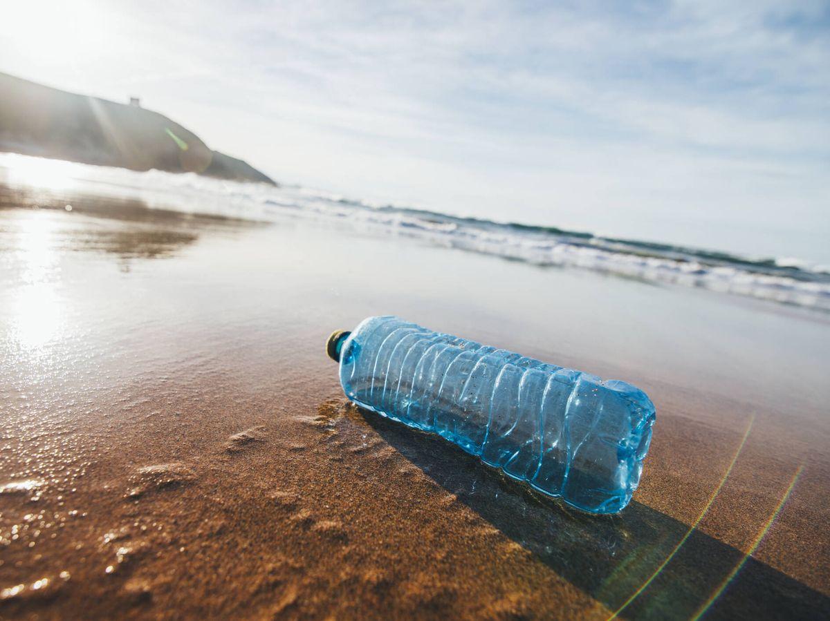 Foto: Una botella de plástico en una playa. (iStock)