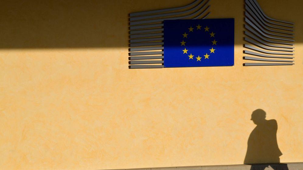 Foto: La sombra de un trabajador, en la entrada de la Comisión Europea. (Reuters)