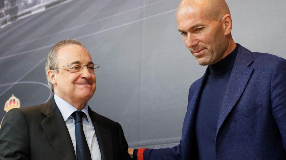 Foto: Zidane y Florentino Pérez, en la sala de prensa del Santiago Bernabéu. (EFE)
