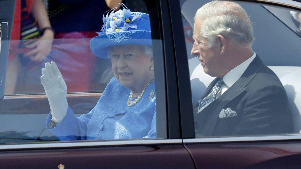 Foto: Isabel II (sin cinturón de seguridad) junto a su hijo, el príncipe Carlos. (Gtres)
