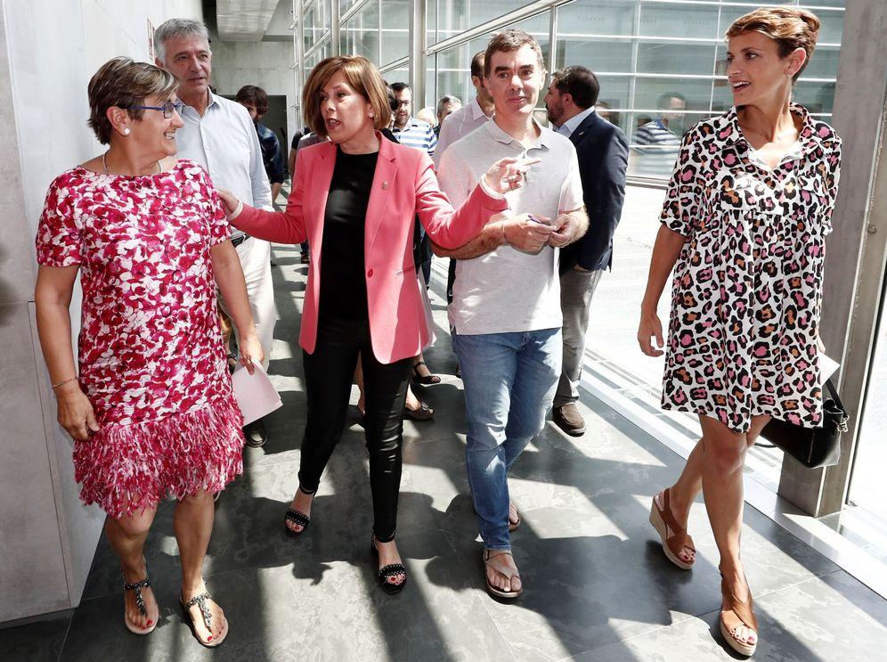Foto: Chivite (derecha) se dispone a informar del acuerdo tras finalizar la reunión este viernes en el Parlamento junto a De Simón (izq), Barkos y Santos. (EFE)