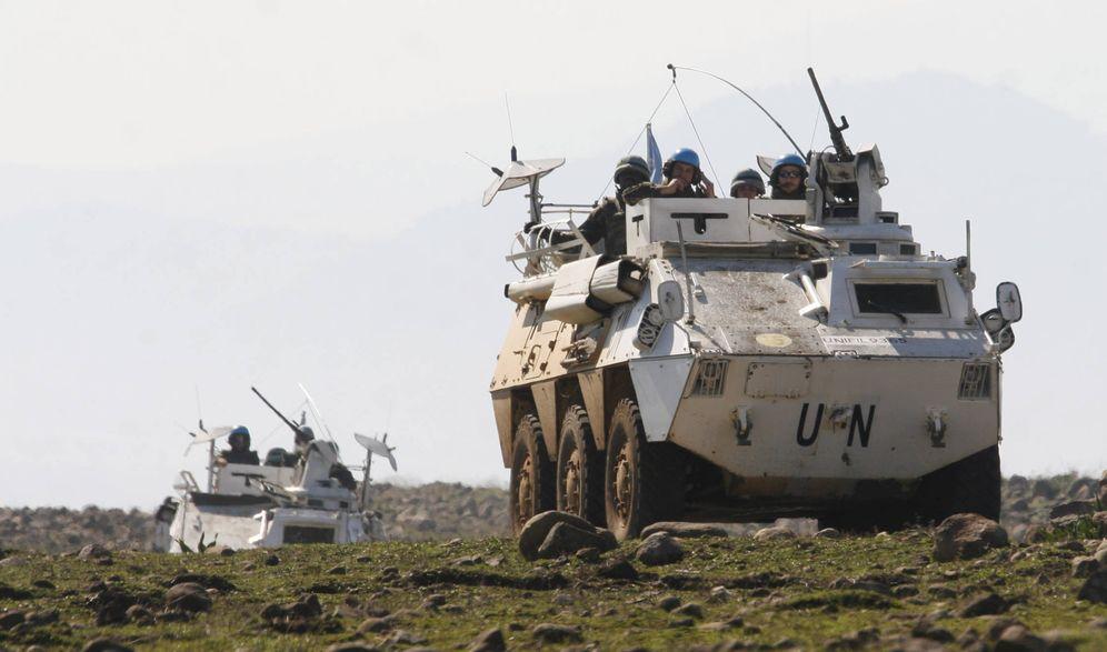 Foto: Efectivos españoles de la UNIFIL patrullan la frontera en blindados, cerca del pueblo de Al-Ghajar, en Líbano. (Reuters)