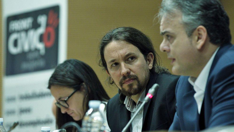 Foto: Pablo Iglesias observa a Héctor Illueca, el pasado marzo en una presentación del libro Ibex35, de Rubén Juste.