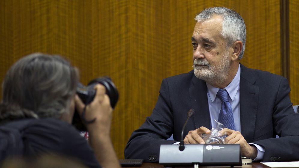 Foto: El expresidente de la Junta José Antonio Griñán, antes de comparecer ante la comisión de investigación del Parlamento andaluz. (EFE)