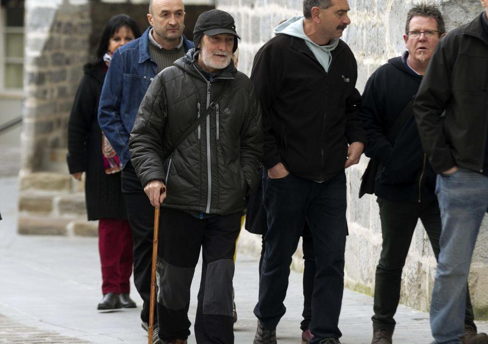 Foto: El expreso de ETA, Iosu Uribetxebarria Bolinaga (i), a su llegada hoy al juzgado  (Efe)