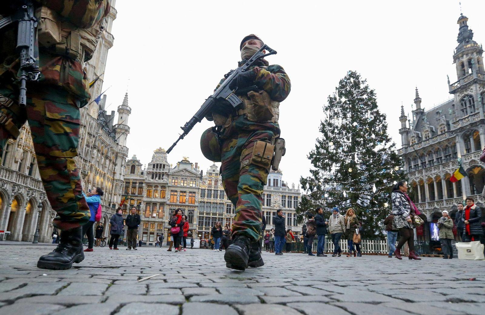 Foto: Soldados belgas patrullan el Winter Wonders, un mercado navideño instalado en el centro de Bruselas, el 27 de noviembre de 2015. (Reuters)