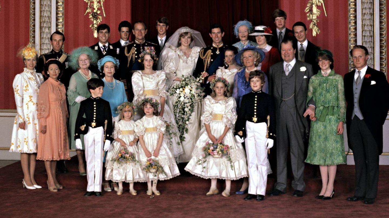 El duque de Edimburgo, junto a los novios. (Cordon Press)