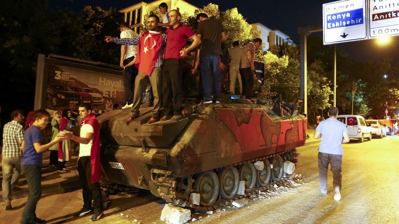 Foto: Partidarios de Erdogan sobre un tanque abandonado en Ankara. (Reuters)