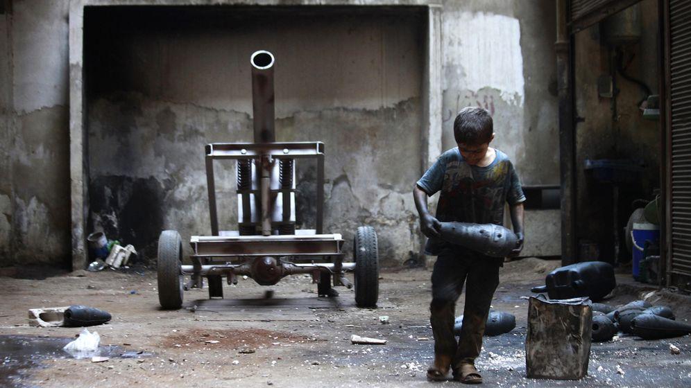Foto: Issa, un niño de 10 años, transporta un proyectil de artillería en una fábrica de armas del Ejército Libre Sirio en Alepo, el 7 de septiembre de 2013 (Reuters).