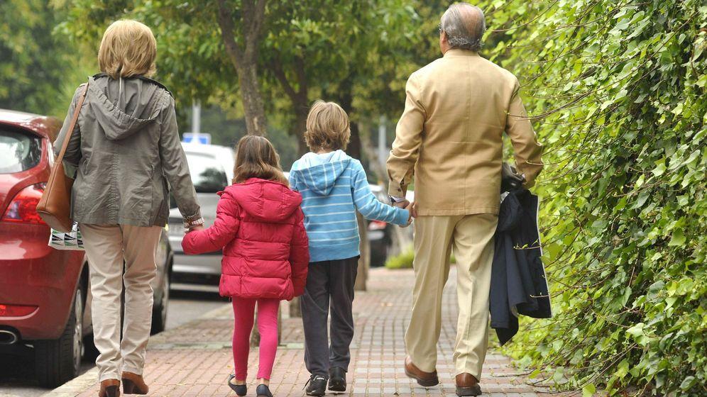 Foto: Muchos abuelos echan una mano a sus familias para hacer frente a la crisis económica. (EFE)