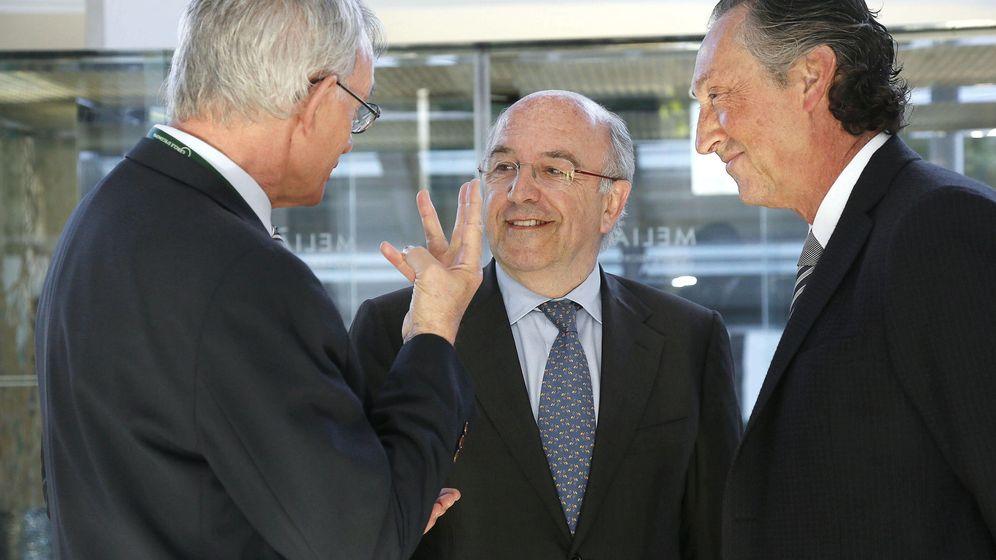 Foto: Reunión del Círculo de Economía, con Antón Costas, Joaquín Almunia y Artur Carulla. (EFE)
