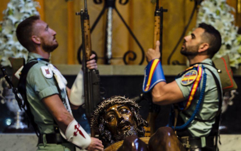 Foto: Legionarios realizan la guardia de Honor al Santísimo Cristo de la Buena Muerte (EFE)