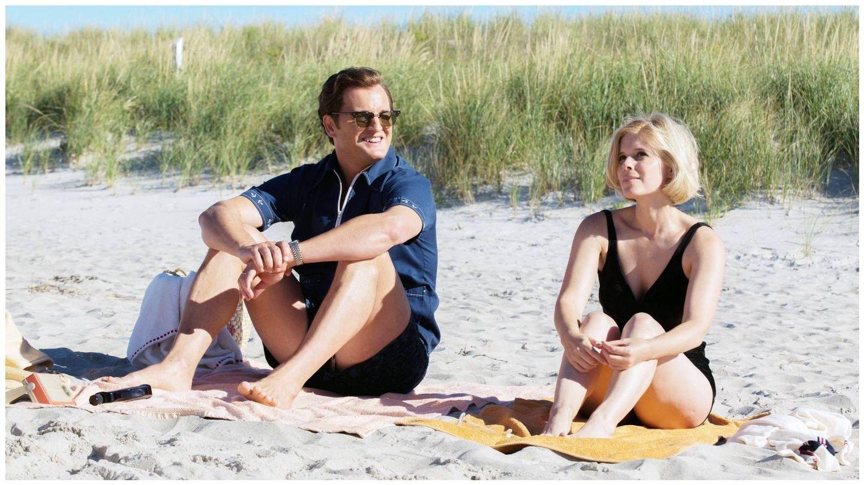 Ted Kennedy (Jason Clarke) y Mary Jo Kopechne (Kate Mara), en 'El escándalo Ted Kennedy'. (Apex Entertainment)