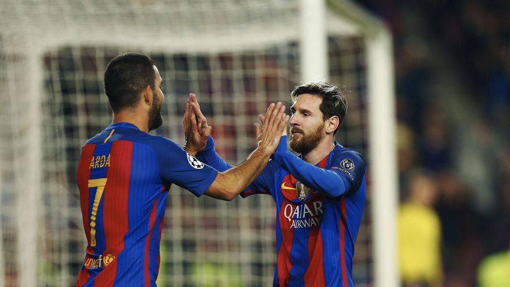 Foto: Leo Messi y Arda Turan, en una imagen de archivo (EFE)