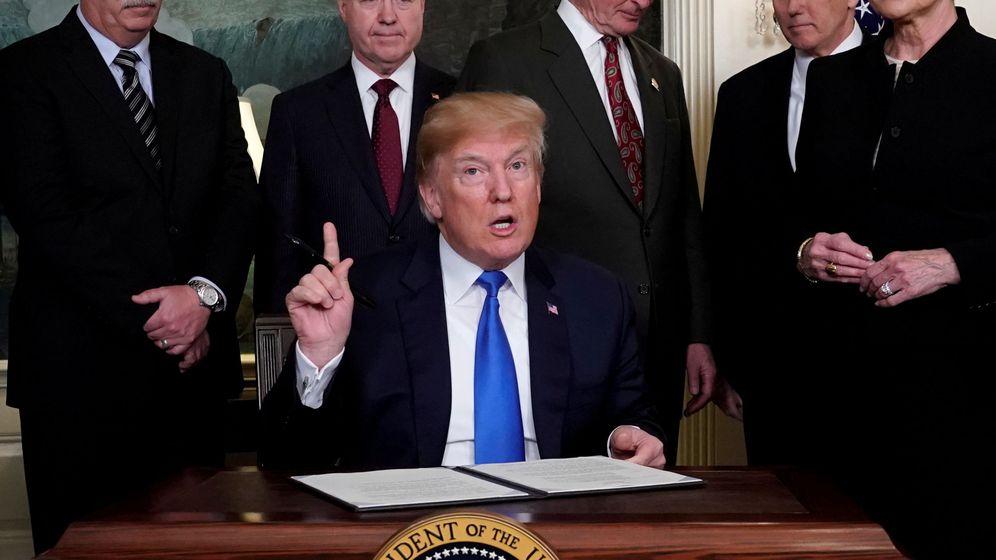 Foto: El presidente de EEUU, Donald Trump, durante la firma de uno de los memorandos. (Reuters)