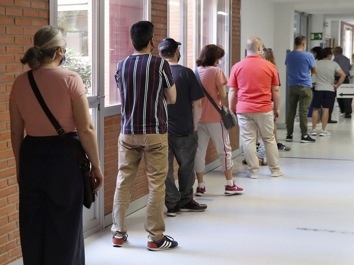 Foto: Varias personas esperan para recibir la vacuna contra el covid-19 en el Hospital Severo Ochoa de Leganés, Madrid. (EFE)