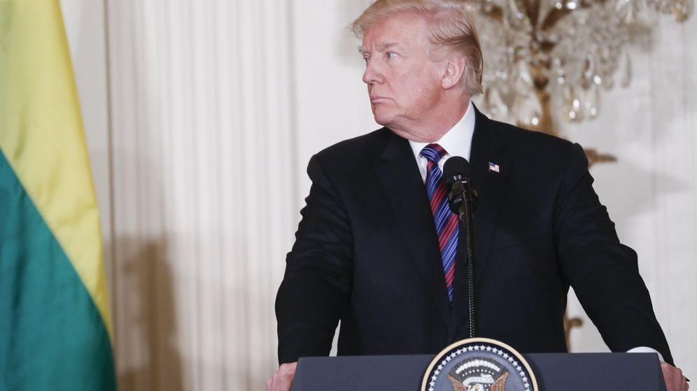 Foto: El presidente estadounidense Donald J. Trump responde a una pregunta de los medios de comunicación durante una rueda de prensa. (EFE)