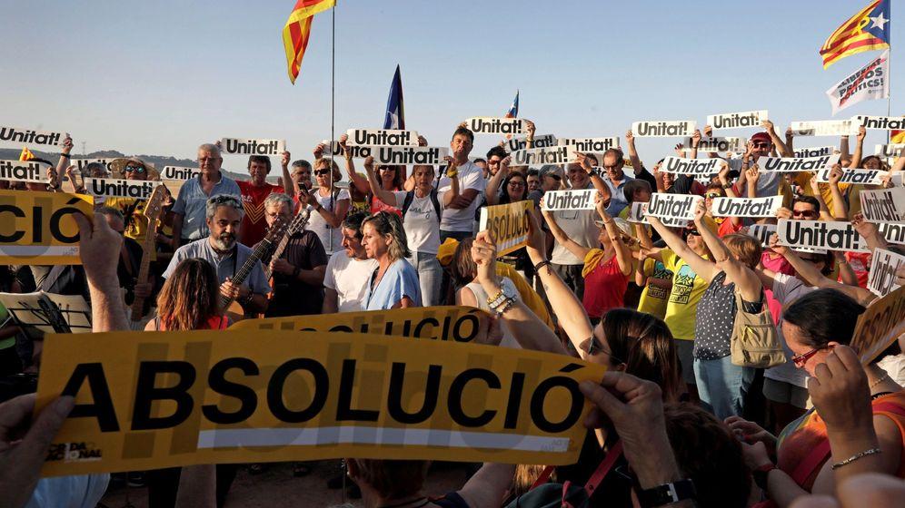 Foto: Independentistas participan en concentraciones de apoyo a los dirigentes del 'procés', en el exterior del centro penitenciario de Lledoners. (EFE)