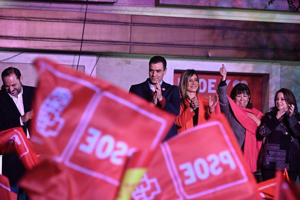 Foto: Pedro Sánchez y su mujer, Begoña Gómez, con José Luis Ábalos, Cristina Narbona y Adriana Lastra, celebrando el 10-N en Ferraz. (EFE)