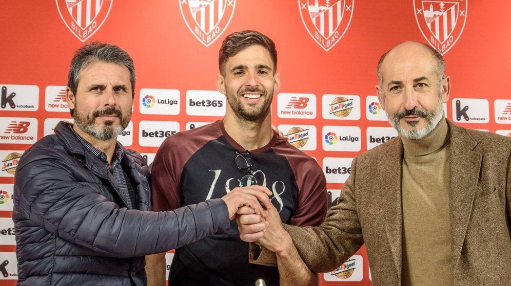 Foto: Kenan Kodro, entre Rafa Alkorta y Aitor Elizegi, director deportivo y presidente del Athletic, respectivamente. (EFE)