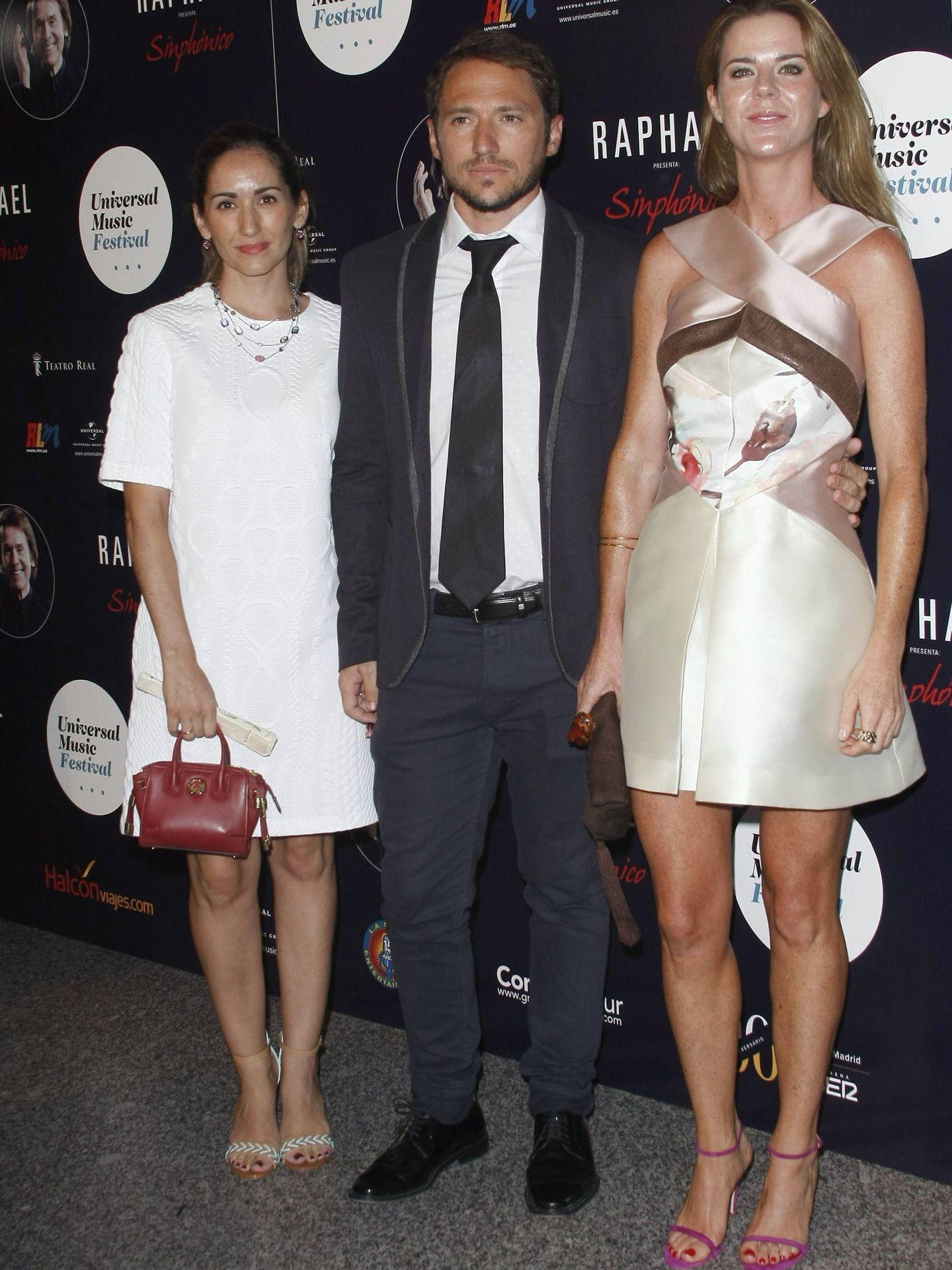 Alejandra y Manuel Martos, con Amelia Bono. (CP)