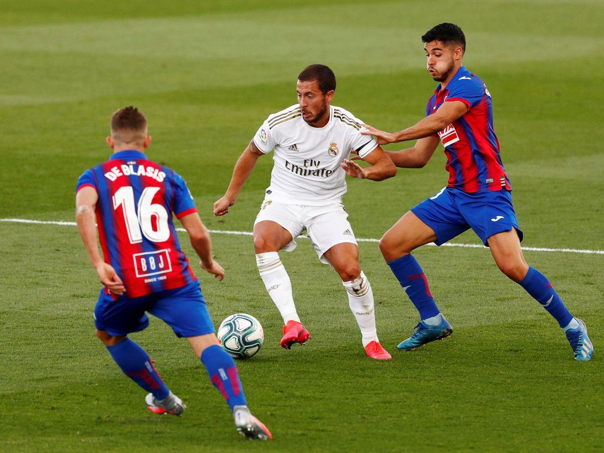 Foto: Eden Hazard conduce el balón en el partido entre el Real Madrid y el Eibar. (Efe)
