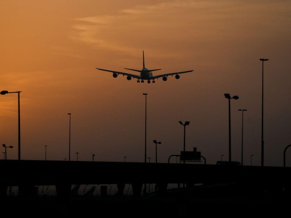 Foto: Un avión de pasajeros aterriza en el aeropuerto de Dubái. (EFE)