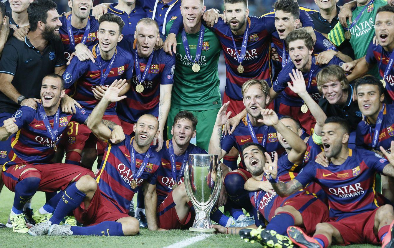 Foto: Jugadores del Barcelona celebran con el trofeo de la Supercopa (Efe)