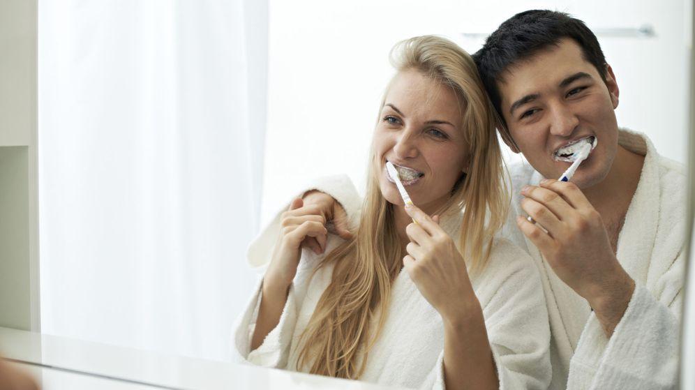 Foto: La familia que se lava los dientes junta permanece junta. (iStock)