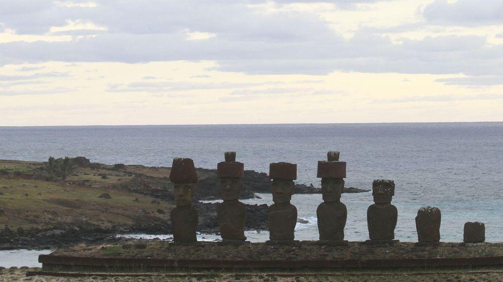 Foto: Vista frontal de varios moais de la Isla de Pascua. (EFE)