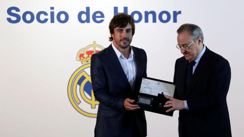 La única distinción que ha recibido Fernando Alonso en 2017 se la ha dado el Real Madrid. (Reuters)