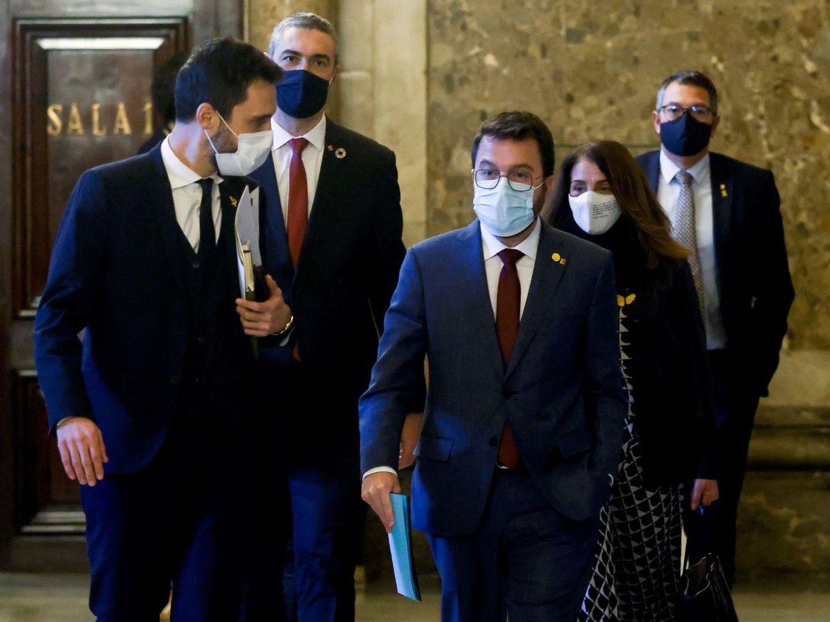 Foto: El vicepresidente de la Generalitat, Pere Aragonés (c), junto al presidente del Parlament, Roger Torrent (i). (EFE)